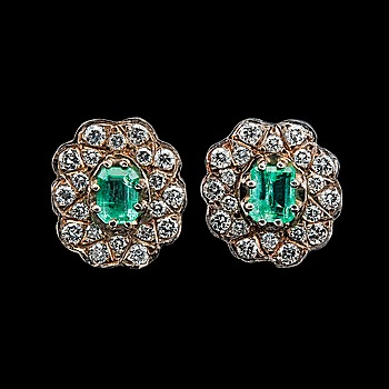 16. A PAIR OF EARRINGS, emeralds c. 1.60 ct, brilliant cut diamondsr c. 1.40 ct.