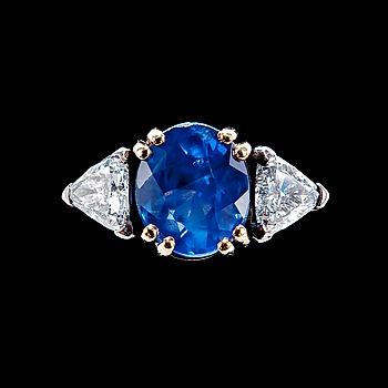 28. RING, naturlig safir ca 4.50 ct, triangelslipade diamanter ca 1.00 ct H/si.