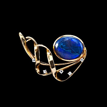 15. A BROOCH, black opal 15 x 18 mm, 4 x 8/8 cut diamonds 0.15 ct.