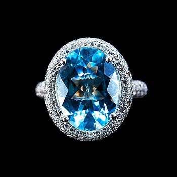 98. RING, akvamarin ca 5.00 ct, 14 x 10 mm. 247 små diamanter tot. ca 1,20 ct.
