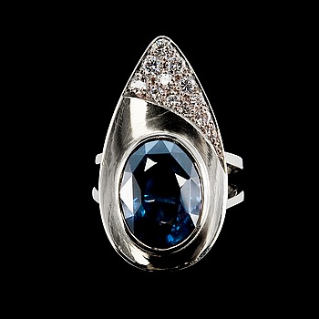 53. RING, spinell ca 8.00 ct, diamanter ca 0.35 ct.