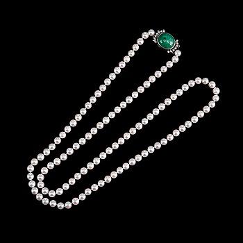 54. COLLIER, odlade pärlor Ø 6 mm, lås med en cabochonslipad smaragd ca 13.5 ct, 16 x 14 mm.