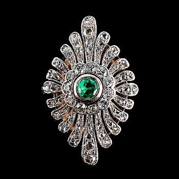 52. RING, smaragd ca 0.20 ct, 8/8 diamanter och rosenslipade diamanter ca 0.70 ct.