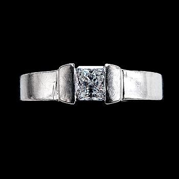 111. RING, prinsesslipad diamant, 8-kantig ca 0.50 ct. H/vs.