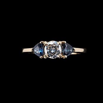 43. RING, 14K guld, briljantslipad diamant ca 0.35 ct samt triangelslipade safirer. Vikt 2,8 g.