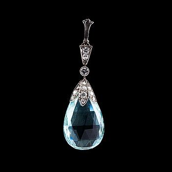112. HÄNGE, akvamarin 2,7 x 1,6 cm och 13 briljantslipade diamanter ca 0.7 ct.