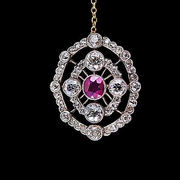 110. BROSCH, rubin ca 0.80 ct, antikslipade diamanter ca 3.55 ct. H/ vs/si.