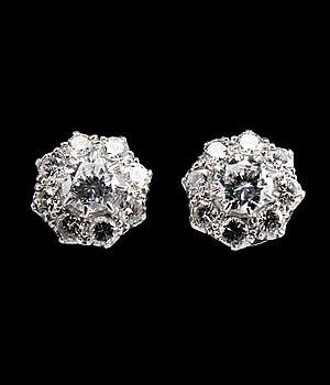 33. ÖRHÄNGEN, 18 briljantslipade diamanter ca 1.70 ct.
