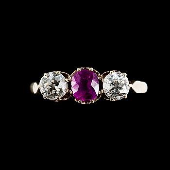97. RING, 14K guld, 2 antikslipade diamanter tot. ca 1.20 ct, rubin 5,5 mm. Vikt ca 5 g.