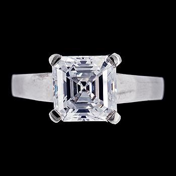 1045. An assher cut (square emerald cut) diamond ring, 4.04 cts.