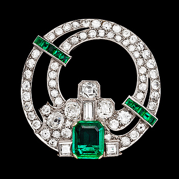 1021. An Art Deco Columbian emerald and diamond clip, 2 cts, resp. 4 cts. 1930's.