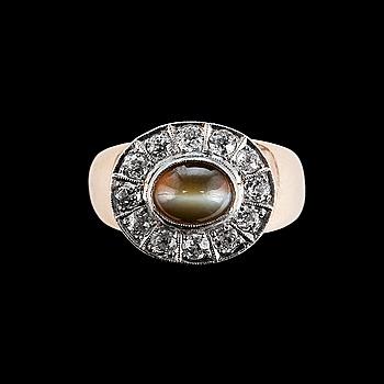 64. RING, 14K guld, 12 antikslipade diamanter ca 0.60 ct, krysoberyll kattöga 6 x 8 mm. Finland 1960-tal. Vikt 10g.