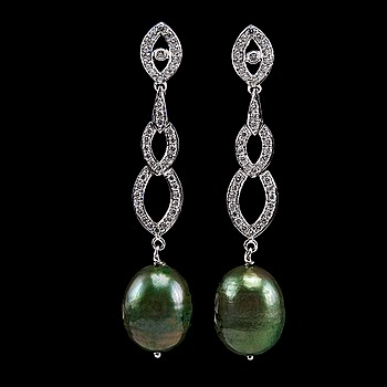 17. A PAIR OF EARRINGS, 88 brilliant cut diamonds 0.85 ct,  green baroque pearl 11 mm.