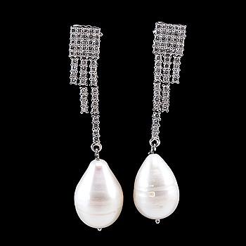 41. ÖRHÄNGEN, 98 brijantslipade diamanter 1.08 ct.  Droppformad vit odlad pärla 11 mm.