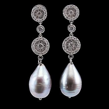 104. ÖRHÄNGEN, briljantslipade diamanter ca 1.00 ct, droppformade grå odlade pärlor 10 mm.