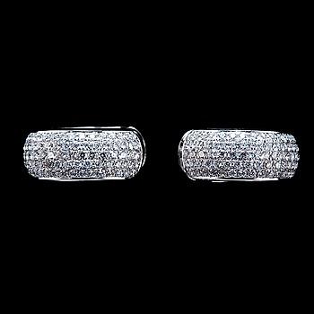 94. ÖRHÄNGEN, 157 briljantslipade diamanter 0.90 ct.