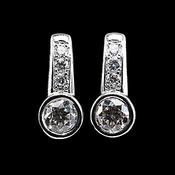 96. ÖRHÄNGEN, 2 x 0.55 ct briljantslipade diamanter. Total diamantvikt 1.39 ct.