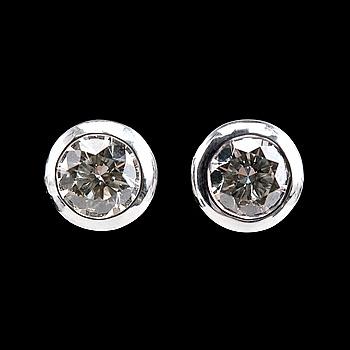 91. ÖRHÄNGEN, 2 briljantslipade diamanter 1.04 ct.