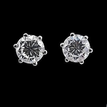 114. ÖRHÄNGEN, 2 briljantslipade diamanter 1.40 ct. G / vvs.