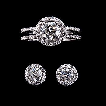 68. RING OCH ÖRHÄNGEN, briljantslipade diamanter. 1.00 ct + 0,35 ct. i ringen och 0.80 ct. i örhängena.