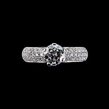 105. RING, briljantslipade diamanter. Mittstenen på 1.00 ct och sidostenarna 0.39 ct. 1.0 ct ja 38 kpl 0.39 ct   2650.
