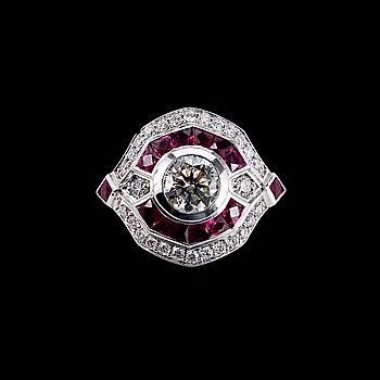 55. RING, briljantslipade diamanter 1 x 1.00 ct + 0.37 ct. Fancy slipade rubiner.