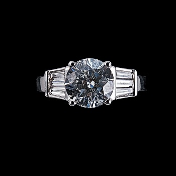 9. RING, briljantslipad diamant 1.80 ct. G/si3 . 6 trapezslipade diamanter ca 0.3 ct. EGL sertifikat.