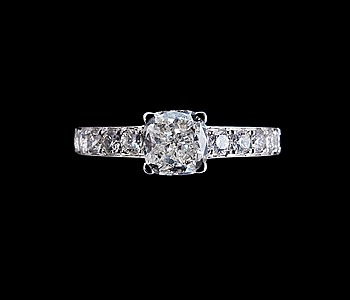 21. RING, 1 cushionslipad diamant 1.22 ct G/vvs2 + 10 briljantslipade diamanter 0.50 ct. IGI sertifikat.