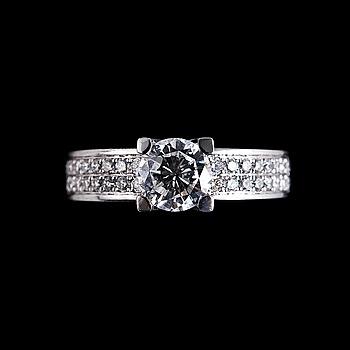 39. RING, briljantslipad diamant 0.92 ct. G/vs2 + 36 briljantslipade diamanter på 0.36 ct. IGI sertifikat.