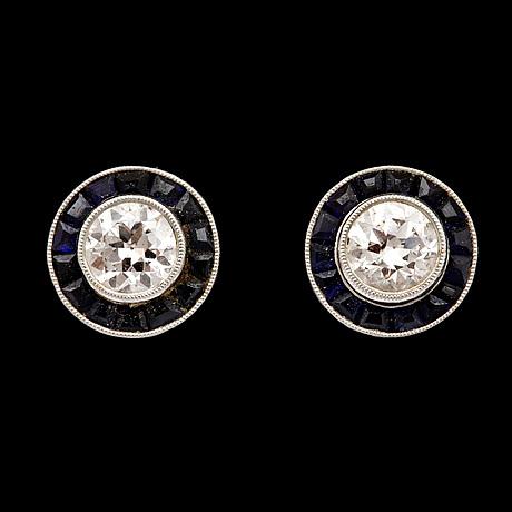 ÖrhÄngen, briljantslipade diamanter, tot. ca 0.70 ct, samt carréslipade blå safirer, 1949.