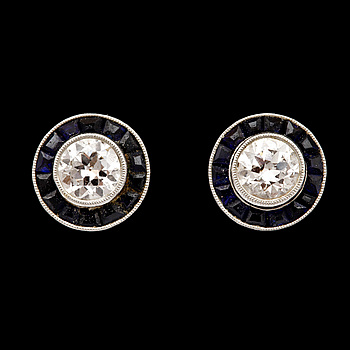 2. A pair of brilliant cut diamond and carré cut blue sapphire earrings, tot. app. 0.70 cts of diamonds.