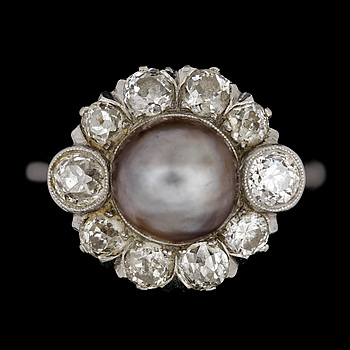 15. A natural grey pearl set with antique cut diamond ring, tot. 1.40 cts.