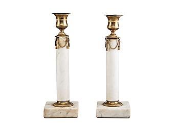 523. LJUSSTAKAR, ett par, vit marmor och mässing. Sengustavianska.