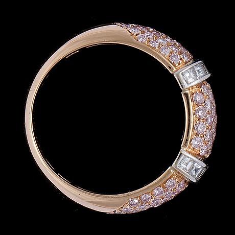 Ring, boucheron, 'scala', rosa briljantslipade diamanter, tot. 1.04 ct, och vita carréslipade diamanter, tot. 0.47 ct.