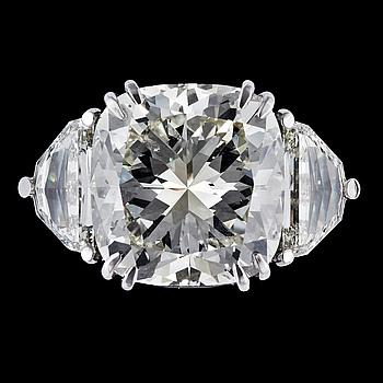 1032. A rare cushion cut diamond ring, 17.62 cts, set with two half moon cut diamonds, tot. app. 2.50 cts.