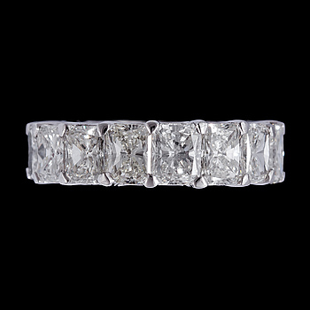 1022. A radiant cut full eternity diamond ring, tot. 9.36 cts.