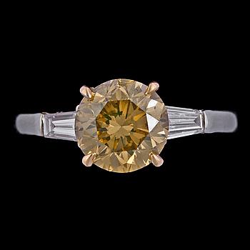 1034. A cognacscoloured brilliant cut diamond ring, 2.08 ct.