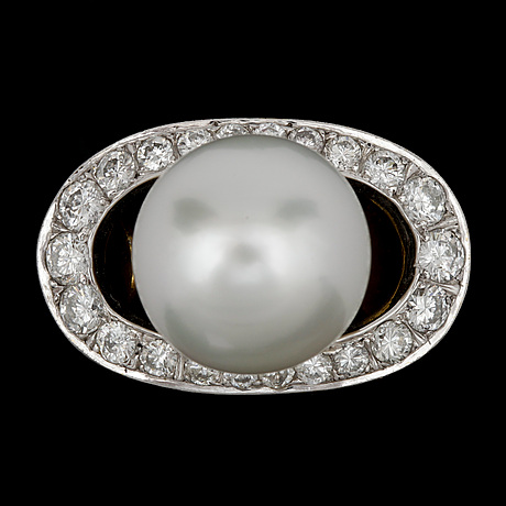 Ring, briljantslipade diamanter, tot. ca 1.50 ct, samt odlad south sea pärla, 12,4 mm.