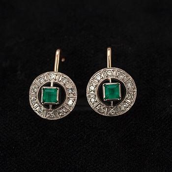 329471. ÖRHÄNGEN, guld 14K, smaragder, små diamanter. Sovjetiska stämplar.