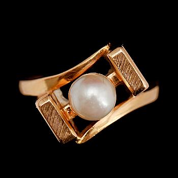 335378. RING, 18 k guld, med odlad pärla. Tot vikt ca 7 g.