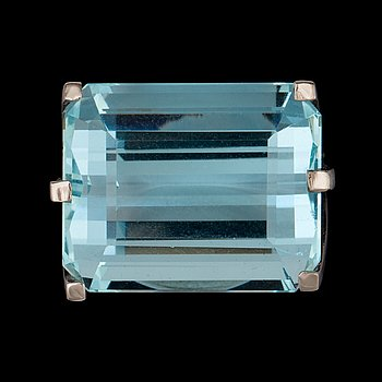 A step cut aquamarine ring by Torndahl, Stockholm 1961. 18k white gold. Size 18/57.