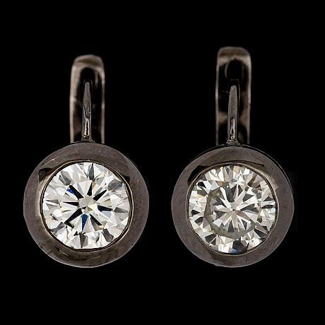 A pair of brilliant cut diamond earrings, tot. 2 cts