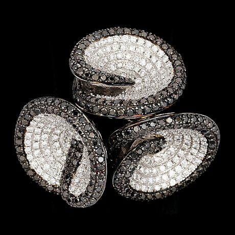A black and white brilliant cut diamond ring, tot. 3.40 cts.