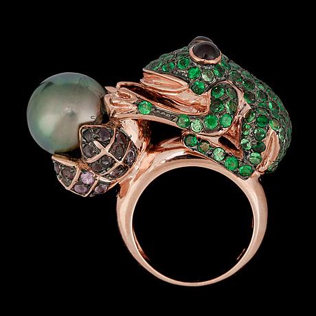 A cultured tahiti pearl and tsavorite frog ring