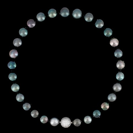 A cultured tahitit pearl, 14,7-13,4 mm, necklace.