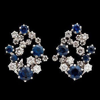 1055. A pair of blue sapphire and diamond earrings, tot. app. 0.60 cts.