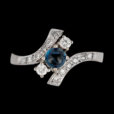 A blue cabochon cut sapphire and brilliant cut diamond ring, tot. app. 0.35 cts.