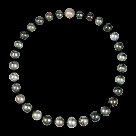 A cultured tahiti pearl necklace, 15,5-13 mm.