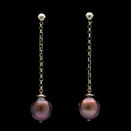 A pair of cultured and coloured brown south sea pearl earrings, 12,5 mm.