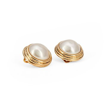 367. CHANEL, a pair of decorative pearl earclips set in gold colored metal.